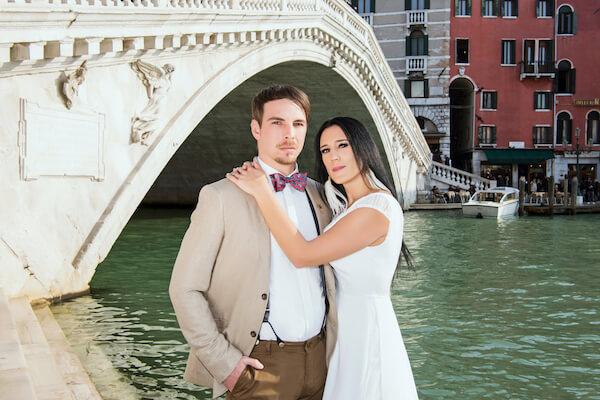 Fotograf-Venedig-Hochzeit-Shooting-Rialtobrücke-Brautpaar
