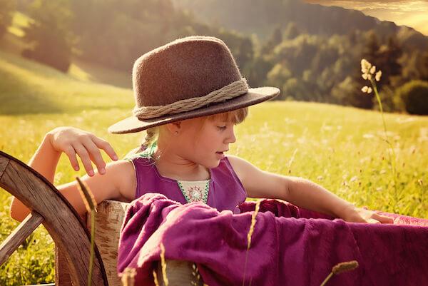 Kinder-Fotograf-Alpen-Berge-CHiemgau-Chiemsee-Rosenheim-Prien-Aschau-Sachrang-Alm-Wiese-Kopie